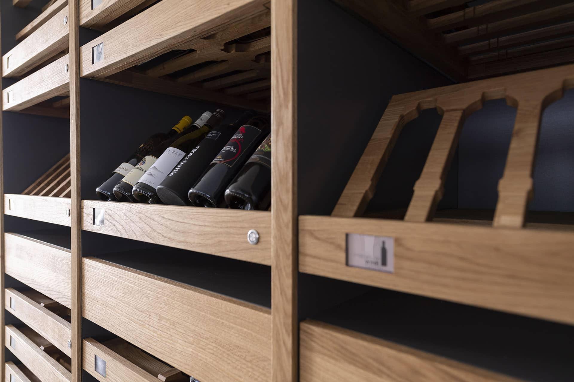 Schreinerei Ludwigsburg WeyFra Digitales Weinregal mit Weinflaschen